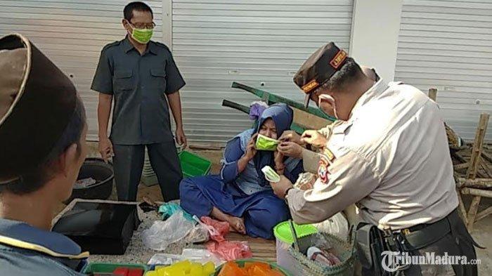 Kapolsek Proppo Pamekasan Blusukan ke Pasar Polowijo, Temukan Sejumlah Pedagang Tak Pakai Masker
