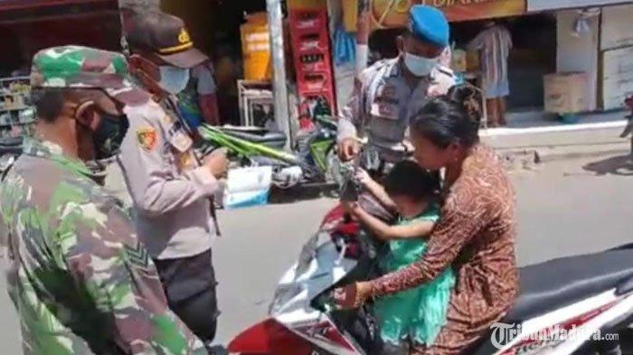 Hari Jumat Berkah, Anggota Polsek Sukolilo Bangkalan Sedekah Nasi Bungkus dan Masker ke Warga