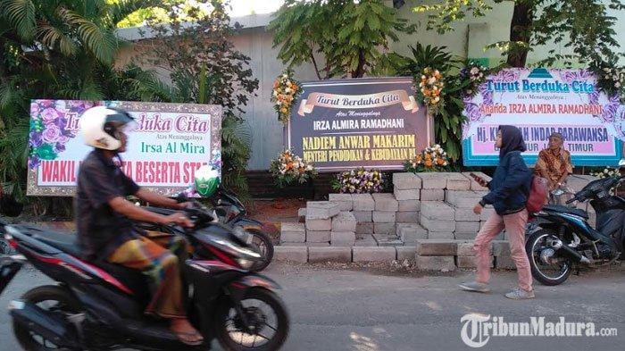 Karangan Bunga Berjejer di Depan SDNGentongPasuruan, DariNadiem Makarim hingga GubernurKhofifah