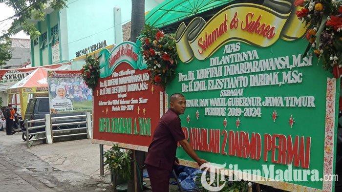 Karangan Bunga Mulai Banjiri Kediaman Gubernur Jawa Timur Khofifah Indar Parawansa
