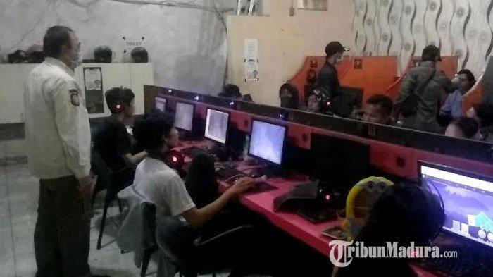 Satpol PP Patroli Sasar Warnet Game Online di Surabaya, Pelajar Tiba-Tiba Buyar saat Petugas Datang