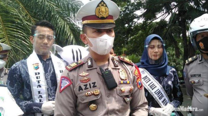 Kasatlantas Polres Bangkalan AKP Abd Aziz Solahudin usai bagi-bagi 1.000 masker dalam rangka Operasi Lilin Semeru di depan Stadion Gelora Bangkalan, Rabu (23/12/2020)