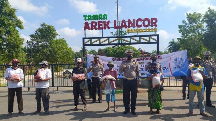 HUT Ke-65 Lalu Lintas Bhayangkara, Satlantas Polres Pamekasan Bagikan Masker & Sembako ke Masyarakat