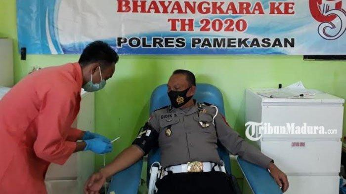 Peringati HUT Lalu Lintas Bhayangkara ke-65, Personel Satlantas Polres Pamekasan Donor Darah ke PMI