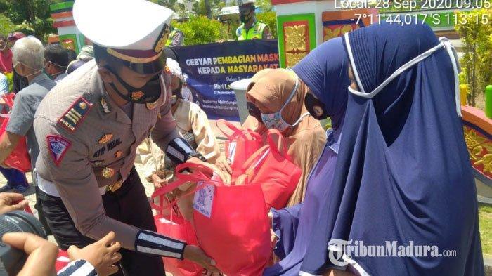 Puncak Hari Lalu Lintas ke-65, Satlantas Polres Sampang Bagikan Masker dan Sembako untuk Warga