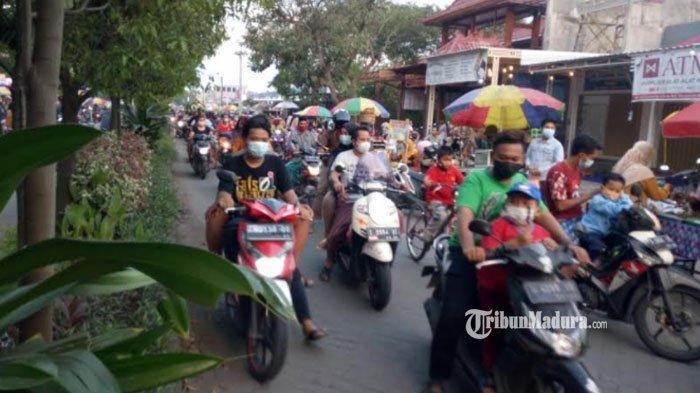 Bikin Macet, Pasar Kaget saat Ramadan di Mojokerto Ditutup, Jalan Raya Dipasangi Pagar Besi Portable