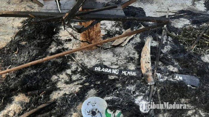 Keadaan Kedai Bukit Bintang di Desa Larangan Badung, Kecamatan Palengaan, Kabupaten Pamekasan, Madura setelah dibakar sejumlah massa saat melakukan demonstrasi pada Senin 5 Oktober 2020.