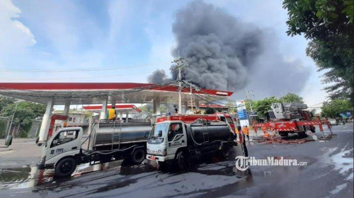 Kebakaran di pabrik palet plastik di Jalan Karang Poh, Kecamatan Tandes, Kota Surabaya, Rabu (31/3/2021)