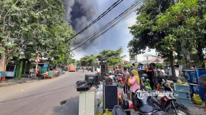 Kebakaran Pabrik Palet Plastik di Surabaya, Warga Sekitar Berhamburan Selamatkan Barang Berharga
