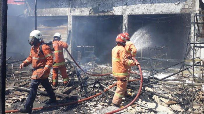 Petugas UPT Damkar Gresik mengevakuasi jasad korban di toko mainan Desa Hulaan, Kecamatan Menganti, Rabu (12/5/2021).