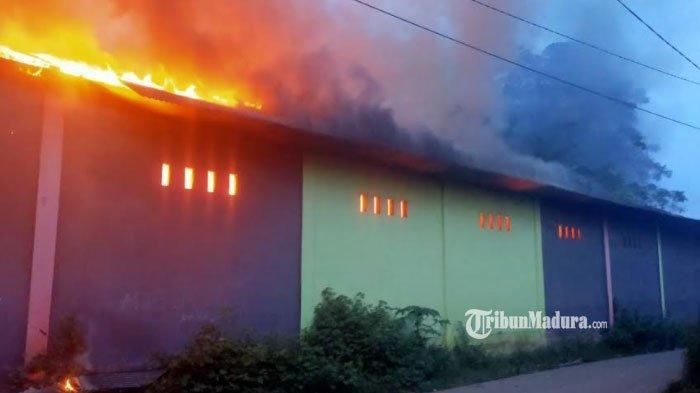 BREAKING NEWS - Gudang Penimbunan Barang Paketan di Pasar Kwanyar Bangkalan Terbakar