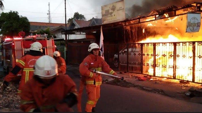BREAKING NEWS - 15 Unit Damkar Jinakkan Kebakaran Rumah Cafe di Surabaya, Begini Kondisinya