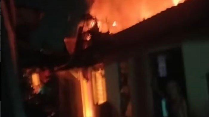 Penghuni Tidur Terlelap, Rumah di Kawasan Padat Penduduk Surabaya Terbakar, 12 Mobil PMK Diterjunkan
