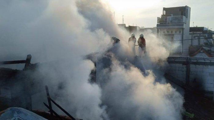 Api Lahap Bangunan Tiga Petak di Jalan Jatisrono Barat Surabaya, Sempat Terdengar Ledakan Keras
