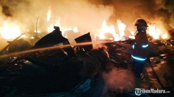 Pasar Karangketug Kota Pasuruan Terbakar, Api Merambat dengan Cepat di Sektor Pasar Loak