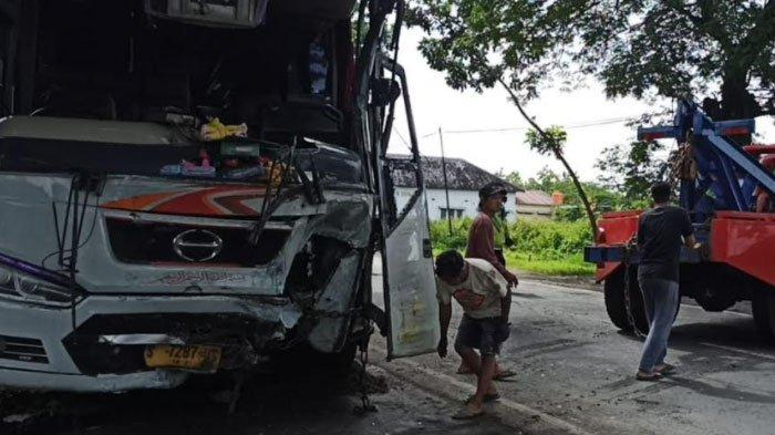 Bus Mira Tabrak Truk Muatan Ayam Potong di Madiun, 1 Orang Meninggal Dunia, Lainnya Luka Berat