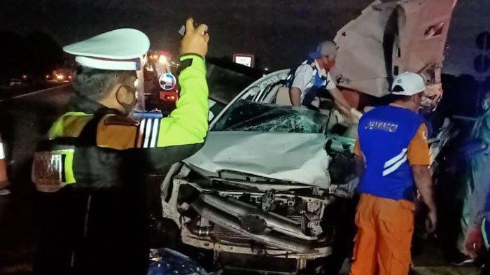 BREAKING NEWS - Kecelakaan Maut MobilKijang Innova Vs Truk Tronton diJalan Tol Surabaya-Mojokerto