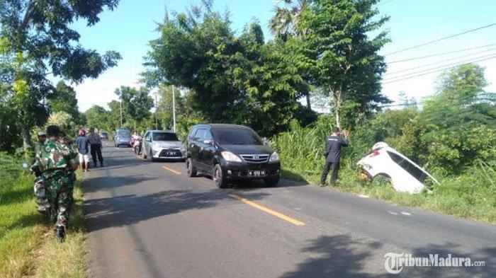 Hendak Menyalip Kendaraan Mobil Pikap di Depannya, Toyota Calya di Sumenep Terjerembab ke Parit