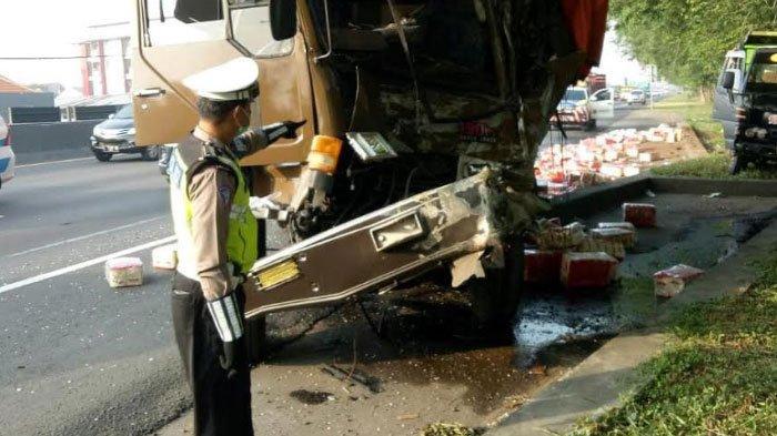Truk Ekspedisi Hantam Tronton yang Diparkir di Jalan Tol, Puluhan Kardus Mie Instan Tumpah ke Jalan