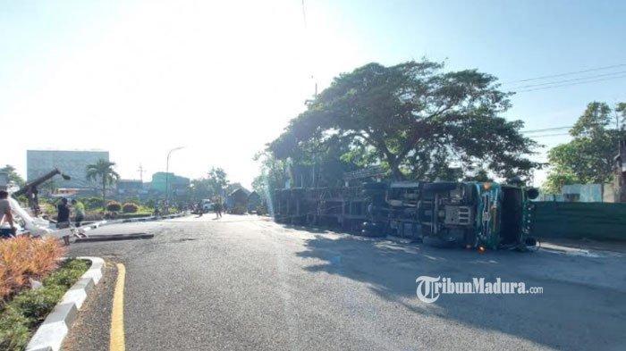 Kecelakaan di Malang, Truk Kontainer Muatan Kertas Karton Terguling, Bodi Truk Menutupi Jalan