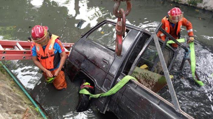 Kecelakaan di Surabaya, Mobil Pikap Terperosok ke Parit Sedalam 3 Meter, Begini Keadaan Sopirnya