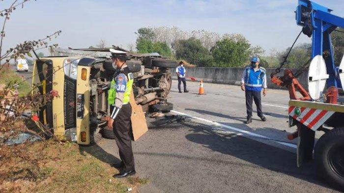Kecelakaan di Jalan Tol Sumo, Truk Box Bermuatan 4 Ton Terguling, Semua Muatan Berhamburan ke Jalan