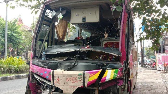 Niatnya Hindari Penyeberang Jalan, Bus Tiara Mas Banting Setir Malah Tabrak Pohon dan Truk Tronton