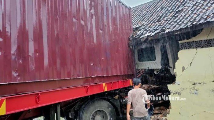 Kecelakaan lalu lintas truk trailer di Jalan Tuban-Bancar, tepatnya di Desa Beji, Kecamatan Jenu, Kabupaten Tuban, Kamis (24/6/2021)