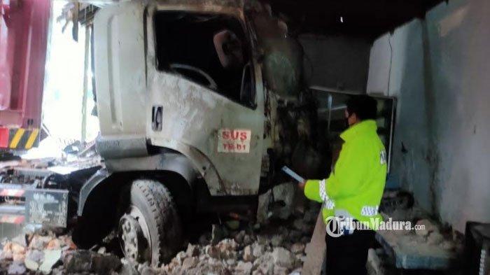 Kecelakaan di Tuban, Truk Trailer Seruduk Pagar Masjid hingga Rumah Warga saat Melaju di Bawah Hujan