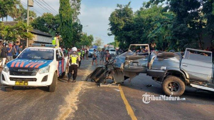 Kecelakaan maut melibatkan mobil minibus dengan truk tronton di Jalur Pantura Tuban, Minggu (18/7/2021).