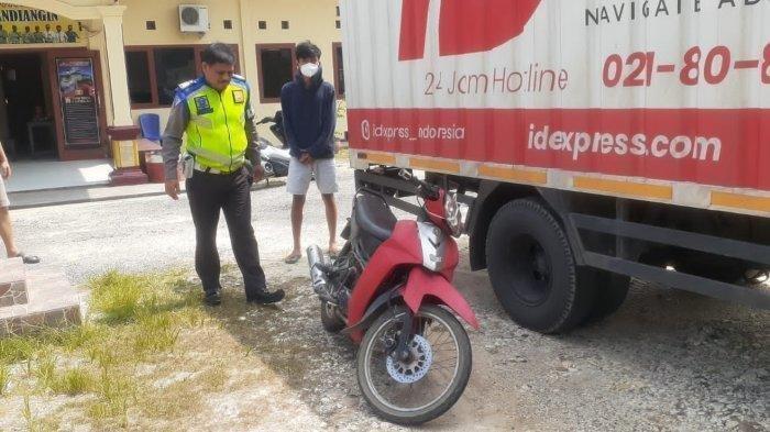 Kecelakaan Motor Vs Mobil Box, Pengendara Yamaha Vega Ditabrak Mitsubishi Truck Box dari Belakang