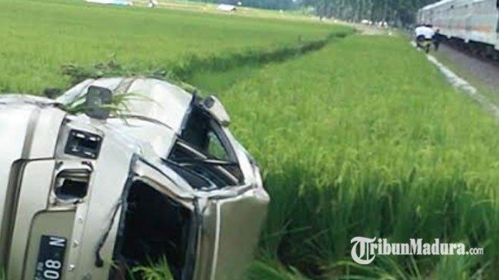 Insiden Maut, Sopir Diduga Dengarkan Musik, Mobil Minibus Dihantam Kereta Api, Simak Kronologinya