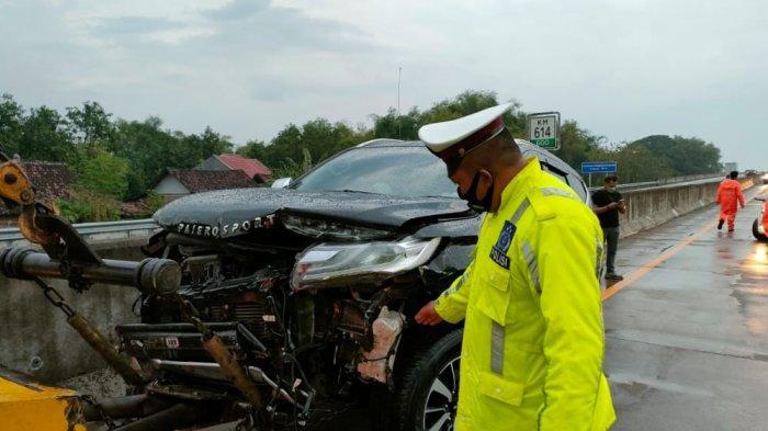 Aspal Basah Akibat Hujan Lebat, Mitsubishi Pajero Tergelincir Hantam Pembatas Jalan di Tol Caruban