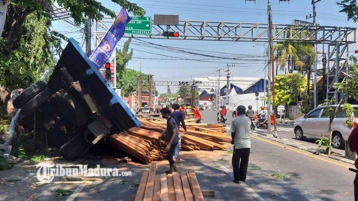 Kronologi Kecelakaan Libatkan Motor dan Mobil di Gresik Arah Surabaya, ada Kendaraan yang Terguling