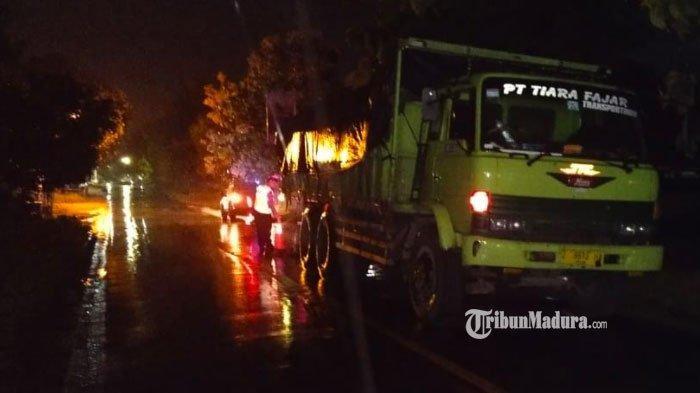 Lagi Diparkir, Truk Tronton Diseruduk Pengendara Motor di Sampang, 1 Orang Tewas, Lainnya Luka Berat
