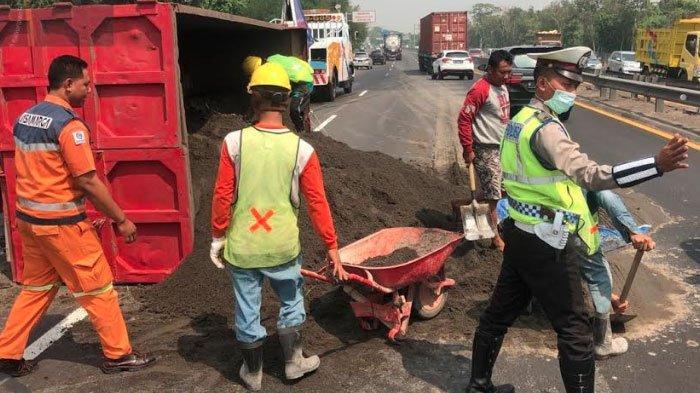 As Roda Patah, Truk Bermuatan Pasir Terguling di Jalan Tol Surabaya-Sidoarjo, Muatannya Tumpah