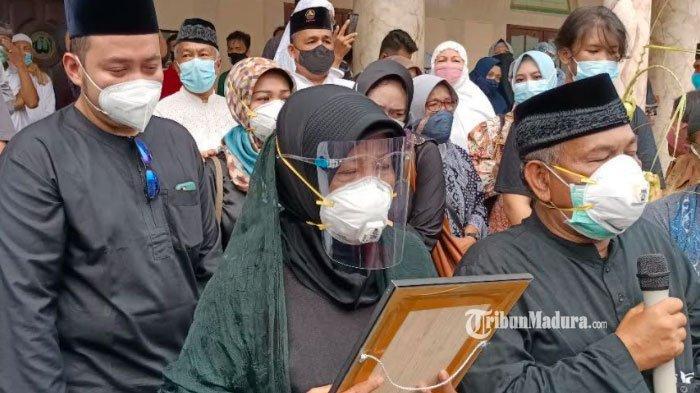 BREAKING NEWS - Jenazah Co-Pilot Sriwijaya Air SJ 182 Fadly Satrianto Tiba di Rumah Duka Surabaya