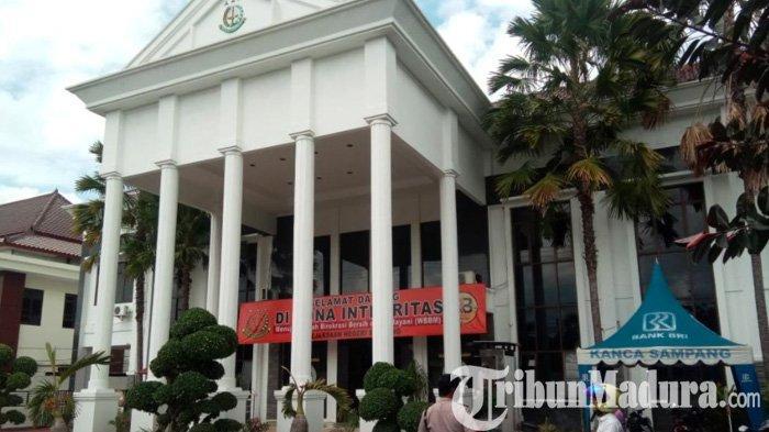 Kepala Desa Tanah Merah Sampang Suhartono Ditahan Kejaksaan Negeri, Inilah Kasus yang Menjeratnya