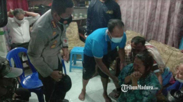 Keluarga korban hilang diduga terbawa arus Sungai Bango Kota Malang, Senin (18/1/2021) sore.