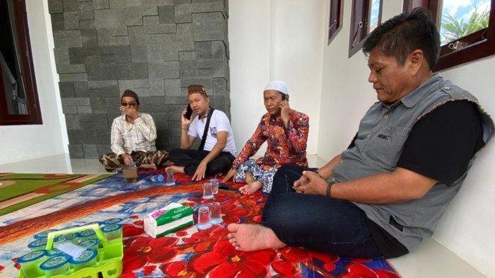 Keluarga saat menyerahkan Turmudi alias Mastur, pelaku yang mengancam Menkopolhukam Mahfud MD. Penyerahan dilakukan di rumah keluarga pelaku di Desa Karang Penang Oloh Kecamatan Karang penang Kabupaten Sampang, Madura.