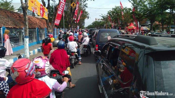 2 Hari JelangLebaran,Pasar Srimangunan Sampai Ramai Dikunjungi Pembeli, Jalanan Sampai Macet