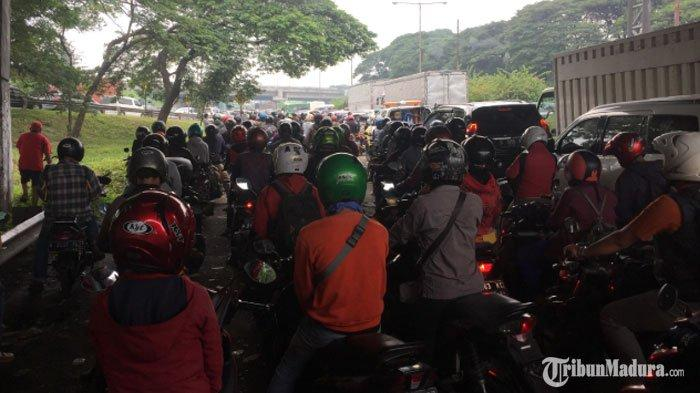 BREAKING NEWS - Akses Jalan dari Sidoarjo Menuju Surabaya Macet pada Hari PertamaPenerapan PSBB