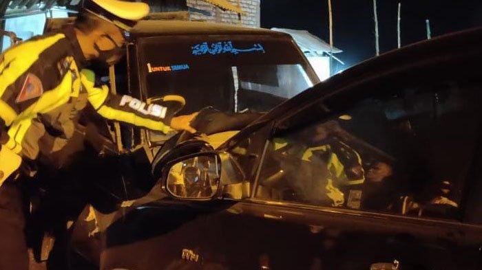 Kendaraan Ketua Bawaslu Jatim Moh. Amin saat mengalami kecelakaan di Jalan Raya Desa Sejati, Kecamatan Camplong, Kabupaten Sampang, Madura, (6/5/2021) sekitar 23.00 WIB.
