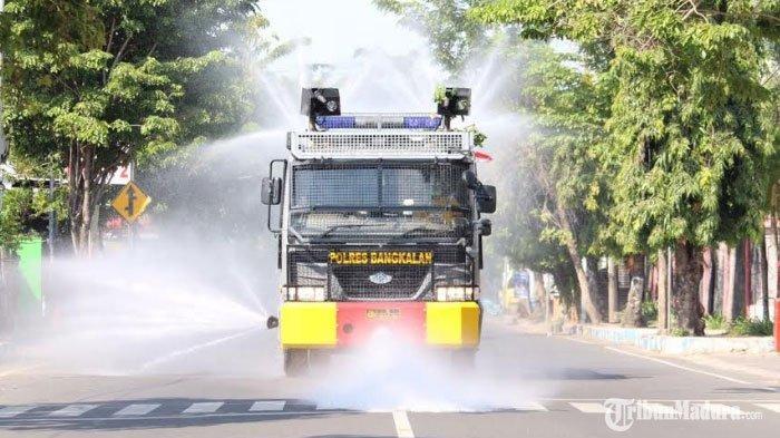 Polres Bangkalan Kerahkan Kendaraan Water Cannon Semprotkan Cairan Disinfektan ke Jalur Protokol
