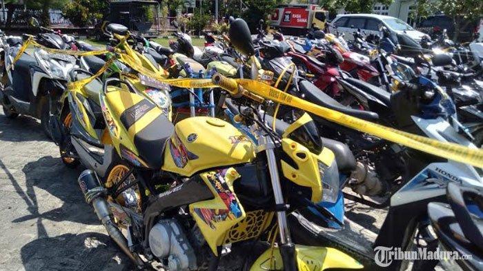 Puluhan Motor yang Digunakan Ajang Balap Liar Pemuda Sampang Madura saat Ngabuburit DisitaPolisi