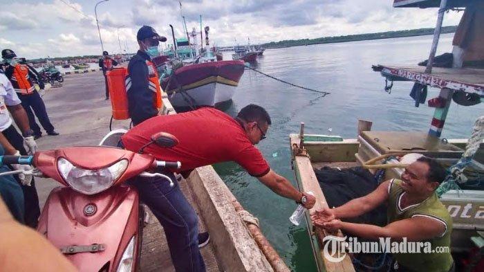 Perahu Nelayan di Pelabuhan Branta Pesisir Disemprot Cairan Disinfektan, Cegah Sebaran Virus Corona