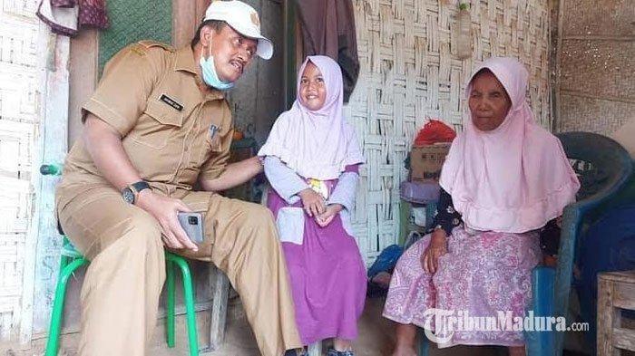 Kepala Disdikbud Kabupaten Pamekasan, Akhmad Zaini saat mendengarkan keluh kesah dari Ayu di rumahnya, Dusun Kalijati, Desa Samiran, Kecamatan Proppo, Pamekasan, Madura, Rabu (3/2/2021).