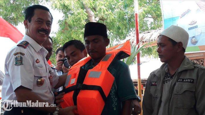 Demi Nelayan dan Penumpang Kapal di Sumenep, Dishub Jatim Berikan Life Jacket dan Ring Buoy Fiber