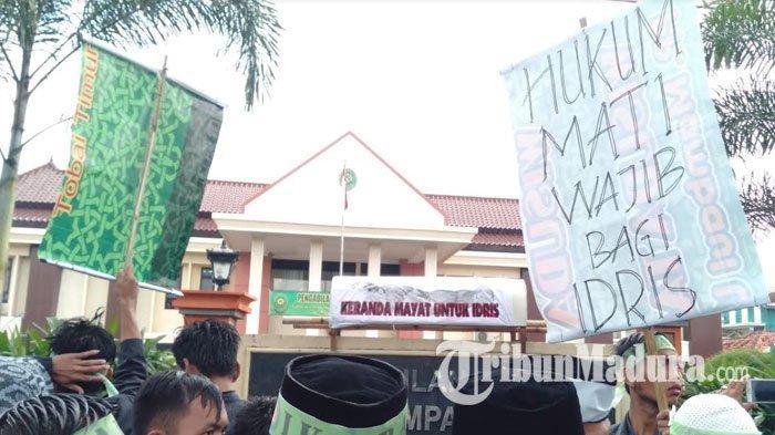 Ribuan Massa IKABA Gelar Aksi di Depan PN Sampang, Tuntut Hukuman Mati untuk Penembak PPS Pemilu