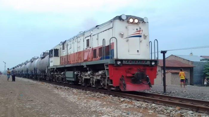 Kereta api Pertamina yang mengangkut BBM
